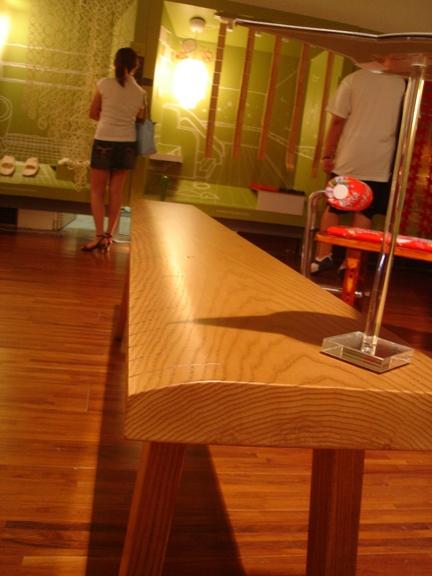 有尺規的凳子
