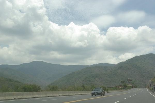 走在山裡頭景色很漂亮