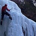 蘇拉示範攀冰姿勢.jpg