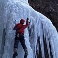 蘇拉示範攀冰姿勢 2.jpg