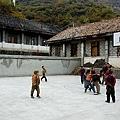 老師帶同學打籃球