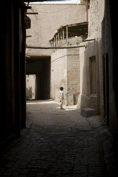 小巷內玩耍的孩童