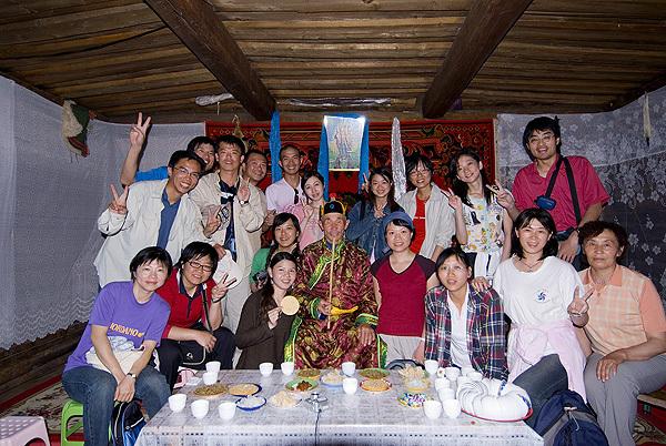 台湾队在图瓦人家里.jpg