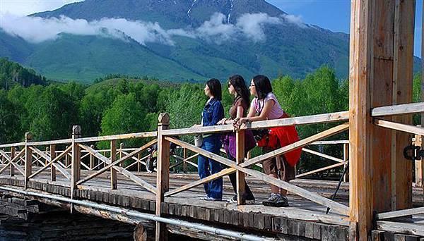 在禾木乡木桥上.jpg