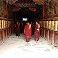 726薩嘎寺下課的僧人.JPG