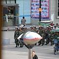 730就餐時街頭外巡邏的武警.jpg