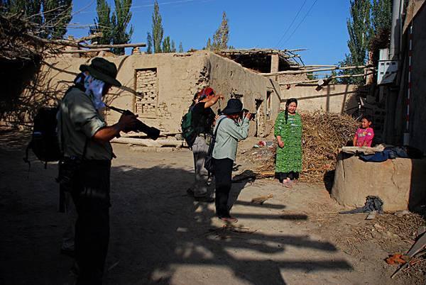 隊友在維族村落拍攝