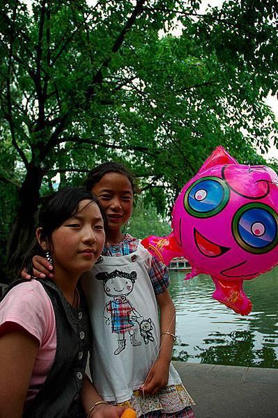 0504在遊樂園蘭蘭和姐姐1.jpg