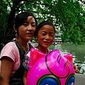 0504在遊樂園蘭蘭和姐姐2.jpg