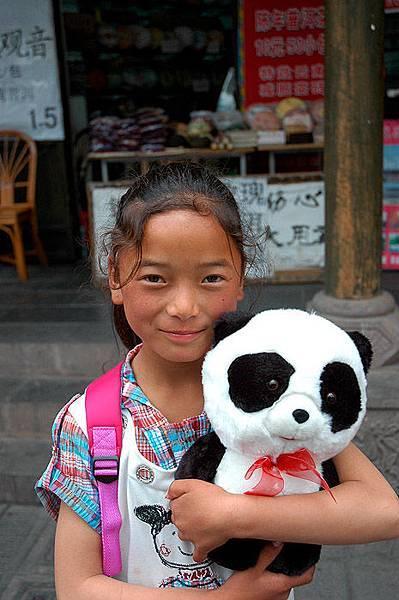 0505蘭蘭緊緊抱著小熊貓.jpg