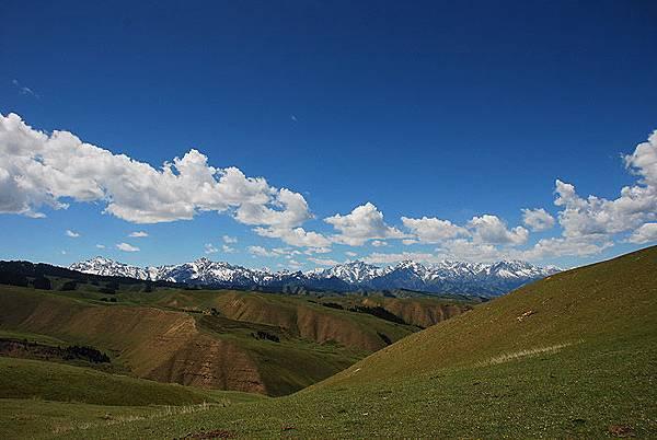 登上山頂平台看到雪山