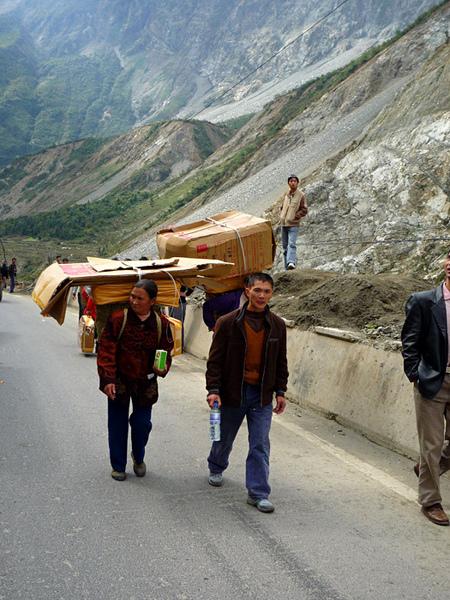 1031進入汶川生命通道領取被子的村民.JPG