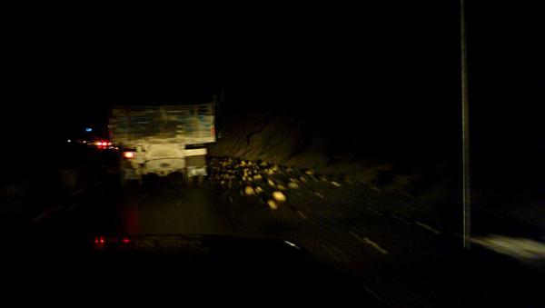 1106在映秀鎮遇上塌方堵車4.JPG