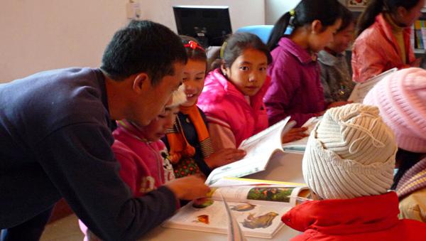 1104老師帶領學生閱覽1.JPG