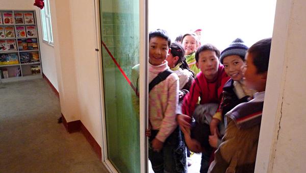 1104空間有限在外等待的學生.JPG
