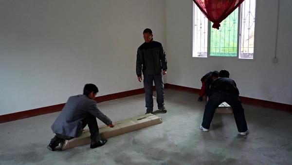 1104澤蓋小學佈置圖書室1.JPG