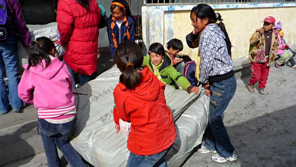 1104澤蓋小學清點睡袋數量8.JPG
