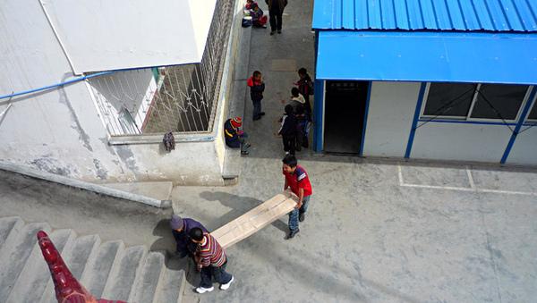 1104澤蓋小學搬運安裝書架1.JPG