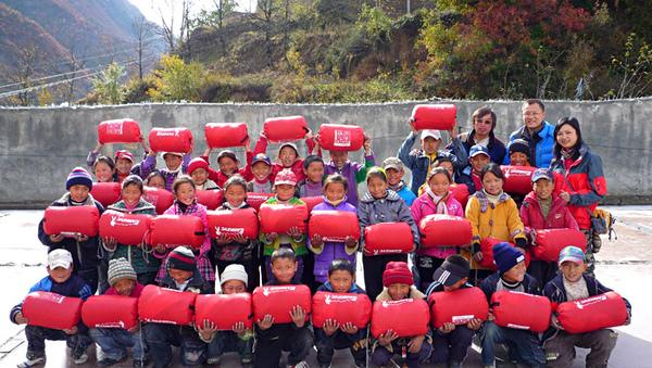 1105澤蓋學校發放睡袋11.JPG