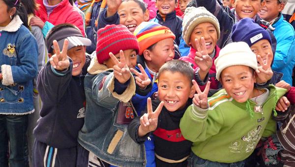 1105澤蓋學校發放睡袋等待中興奮的學生2.JPG
