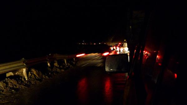 1106在映秀鎮遇上塌方堵車1.JPG