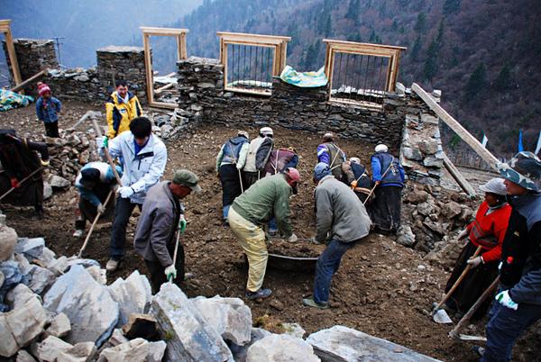 44親自動手參與體驗幫澤老師家修建房子.jpg