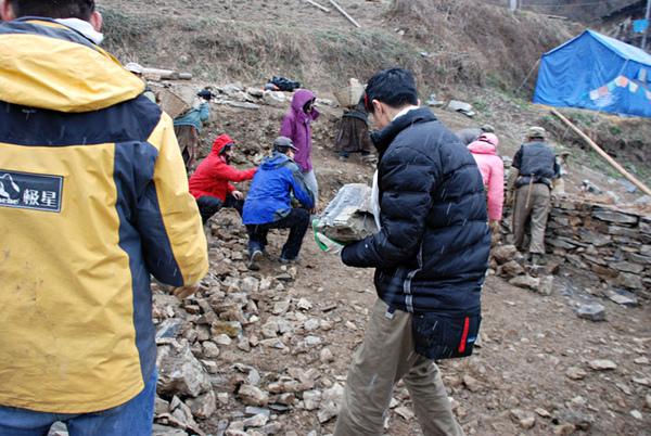 55親自動手參與體驗幫澤老師家修建房子.jpg