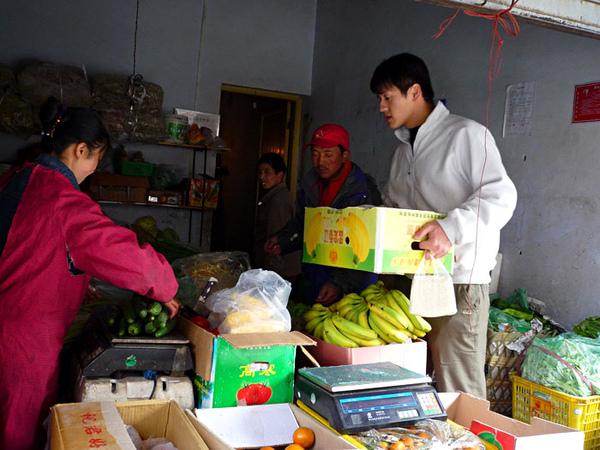 73在縣城小店採購蔬菜上山.jpg