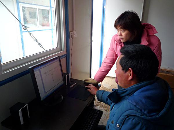 78桂芳教老師使用電腦.jpg
