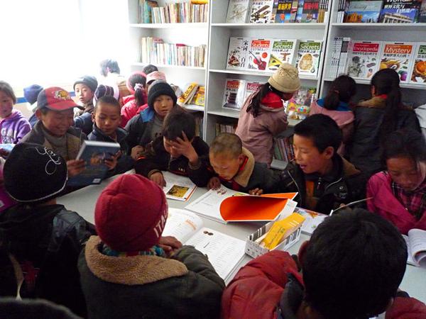 123孩子們很興奮到圖書室看書.jpg