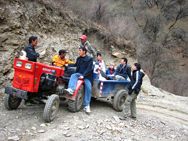 140部分隊員坐拖拉機去熱十多小學.jpg
