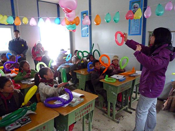 109小朋友很認真的學習氣球造型.jpg