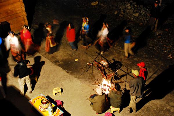 19和村民一起跳起了鍋庄舞.jpg