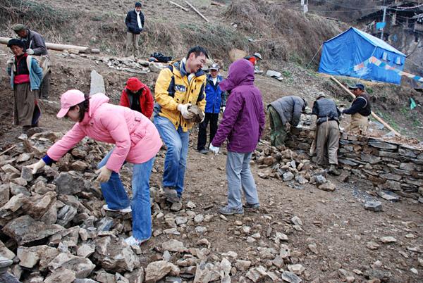 53親自動手參與體驗幫澤老師家修建房子.jpg