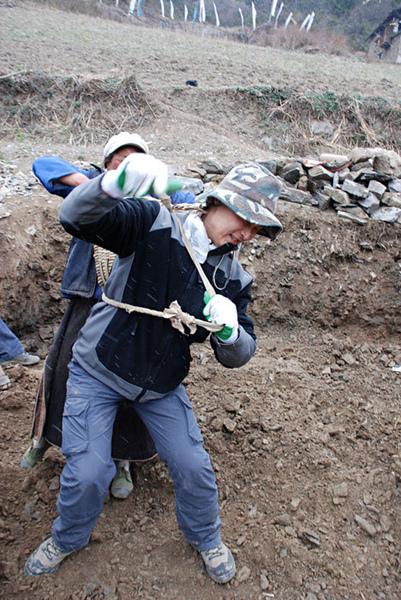 56親自動手參與體驗幫澤老師家修建房子.jpg