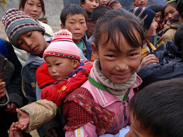 158孩子們排隊領取文具和舊衣服.jpg