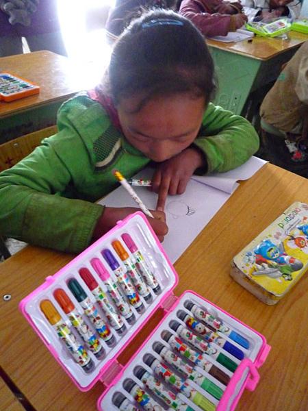 128送給孩子們的彩色筆.jpg