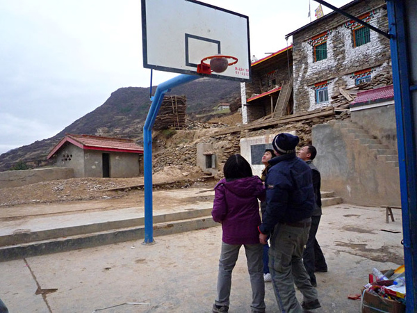 137學生放學後隊員開始玩籃球.jpg