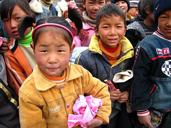159孩子們排隊領取文具和舊衣服.jpg
