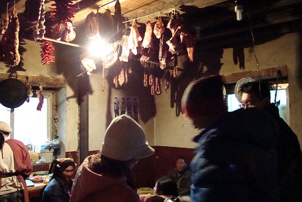 8厨房内挂着为春节准备的熏肉.jpg
