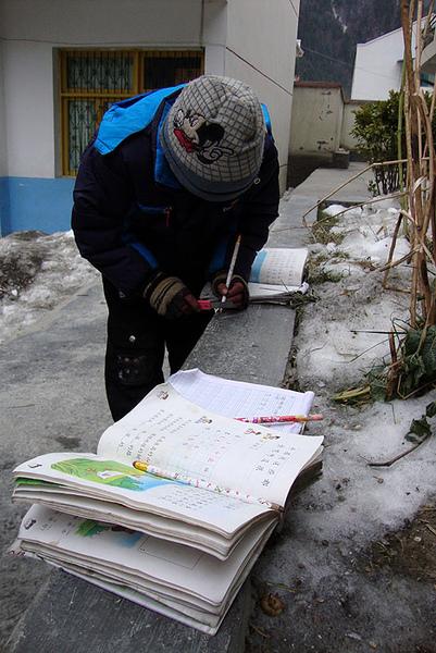 23孩子们喜欢在户外做作业.jpg