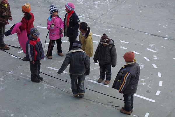 66学生喜欢的跳橡皮绳游戏.jpg