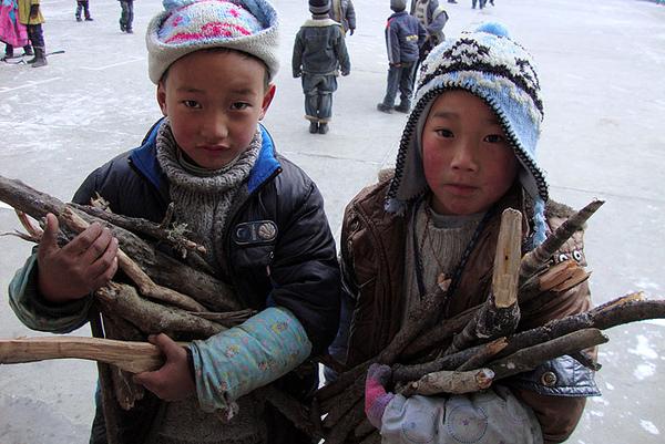 67一早抱着柴上学的孩子们.jpg