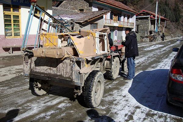 84运送物质去另一个山顶学校.jpg