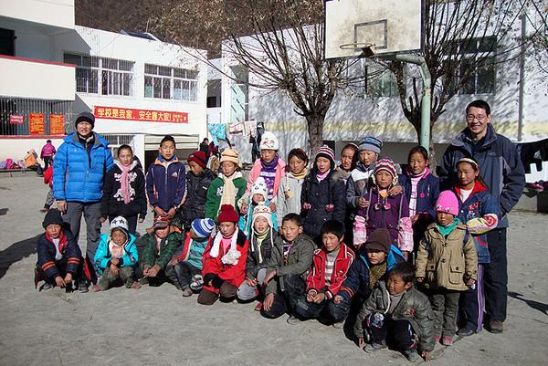 98看望迁到中心学校的日多村孩子.jpg