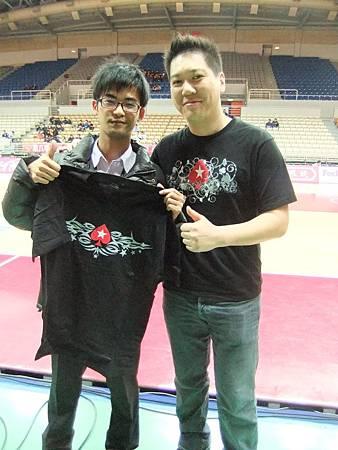 左-Pokerstar T恤得主  右-Pokerstar代表.JPG