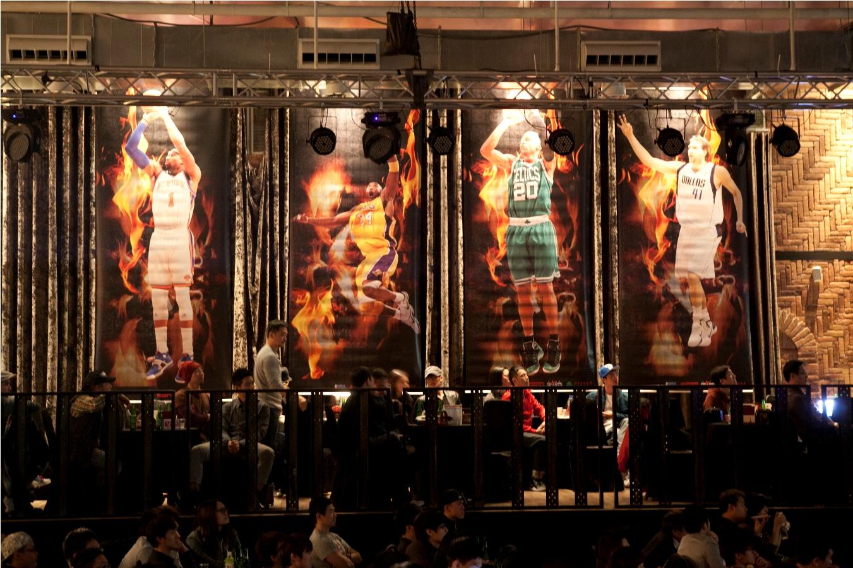 ESP衛視體育台直播派對,現場掛起八幅巨大NBA球星掛軸.jpg