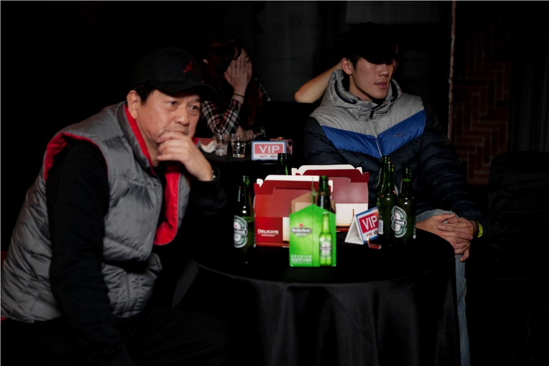 台啤總教練閻家驊(左)、金酒選秀狀元劉錚進場與球迷一同體驗NBA開季熱力.jpg