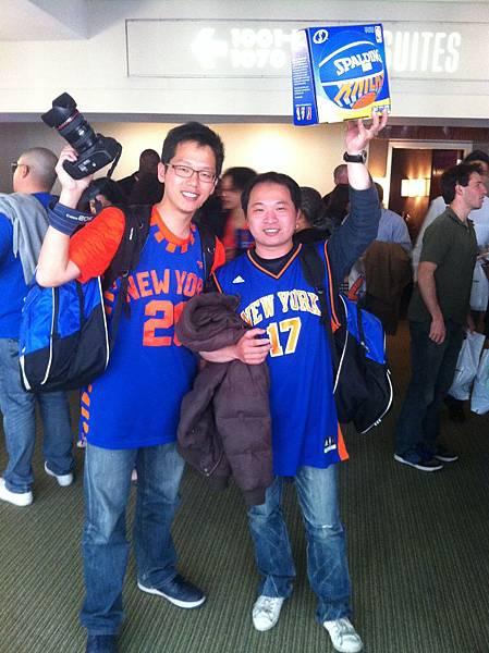 ESPN衛視體育台幸運球迷林永正(右)以最接近的預測比分,獲贈NBA尼克隊籃球一顆