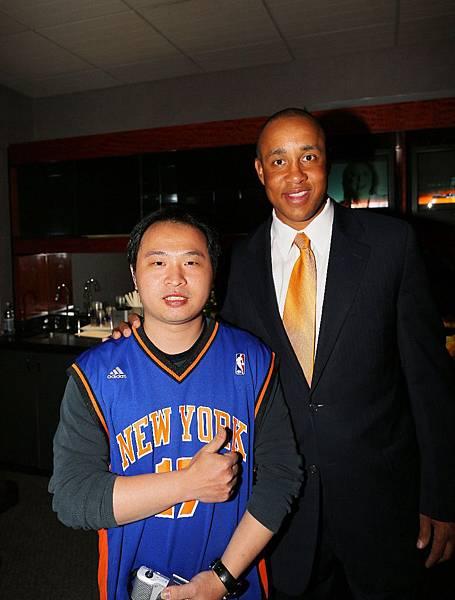 ESS紐約夢幻之旅幸運兒 林永正與前尼克隊明星球員  John Starks合影。